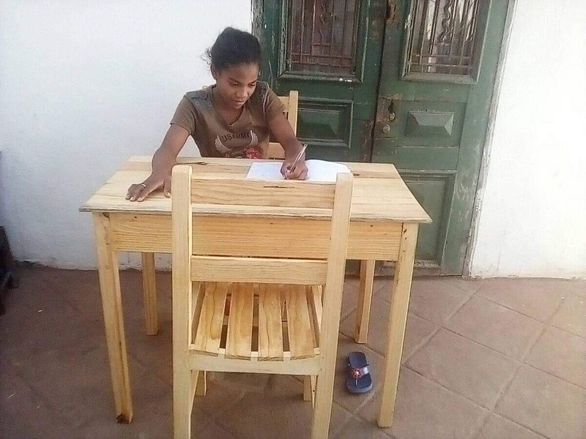 Chanta étudie avec sa nouvelle table