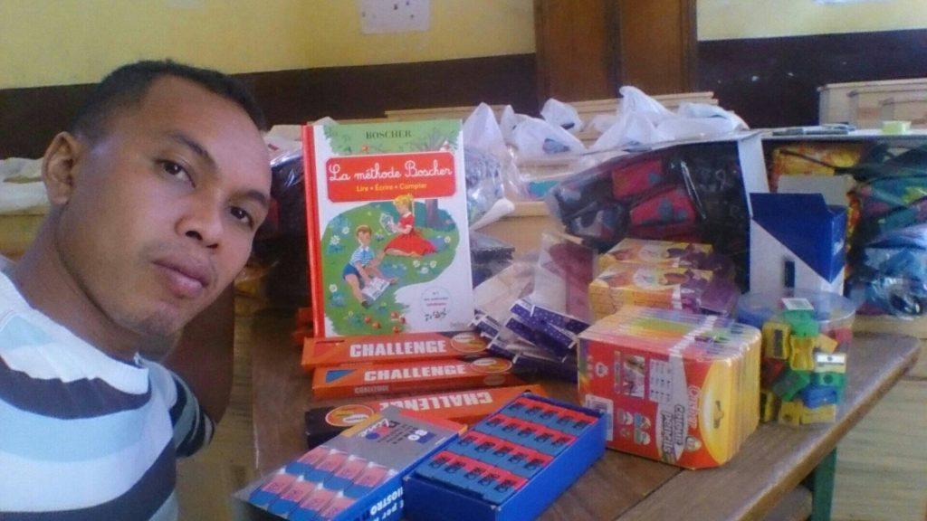 Distribution de Kits Scolaires EPP Anosisoa