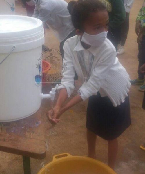 Covid 19 Lavage des mains petite fille - Zazany Madagascar
